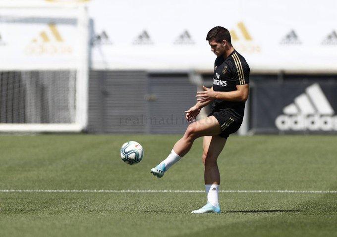 Jovic trabaja en solitario sobre césped, en vuelta del Madrid a Ciudad deportiva