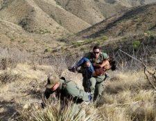 Momento en que agentes fronterizos trasladan a la compatriota hallada en el desierto de Arizona. Foto Prensa Libre: Patrulla Fronteriza