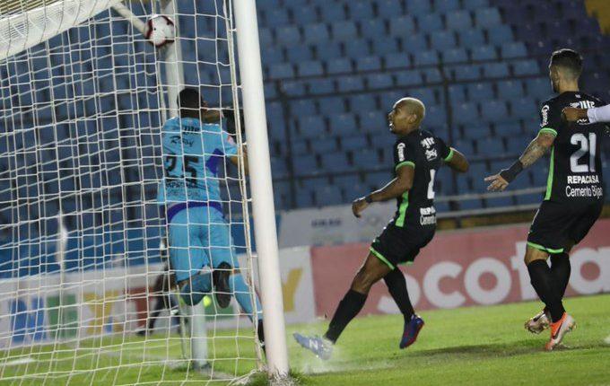 Comunicaciones se acercó al empate, pero el gol no fue validado. (Foto Prensa Libre: Francisco Sánchez)