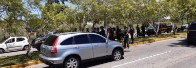En este vehículo se transportaban los supuestos sicarios. (Foto Prensa Libre: @AmIlcarMontejo/Twitter)