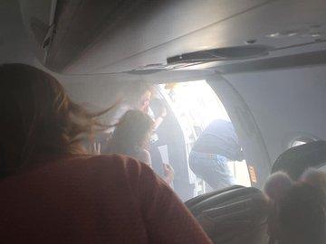 Momento en que pasajeros salen del avión cubierto de humo. (Foto: @Lucyaabrown/Twitter)