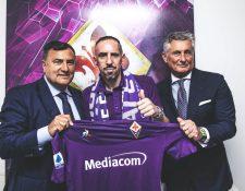 Franck Ribéry sostiene orgullo la camisola de la Fiorentina. (Foto Prensa Libre: Twitter @acffiorentina)