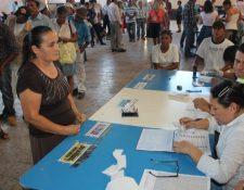 Una ciudadana se dispone a emitir su vota y recibe las papeletas de la primera vuelta de elecciones. (Foto Prensa Libre: Hemeroteca PL)