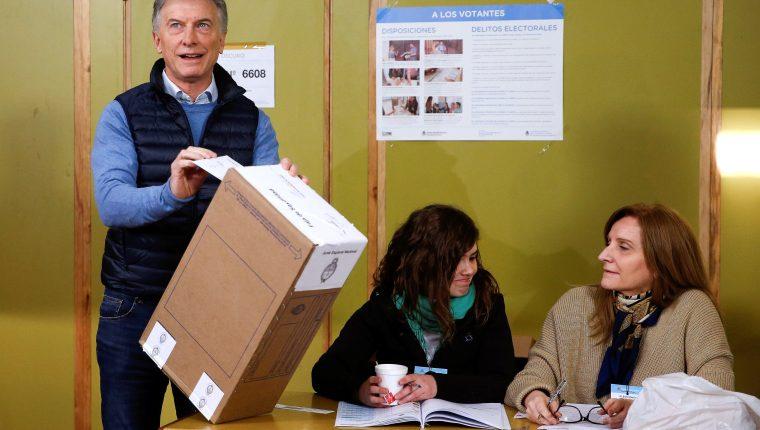 El presidente de Argentina, Mauricio Macri, vota en uno de los centros de votación  en Buenos Aires, Argentina. (Foto Prensa Libre: EFE)
