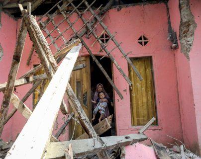 Un residente sale de su casa dañada después de que un terremoto de magnitud 6.9 golpeara el área, en Banten, Indonesia. (Foto Prensa Libre: EFE)