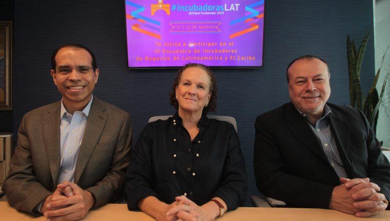 David Martínez, director ejecutivo de FundaSistemas; Jessica Rochmann,  directora administrativa financiera;  y Luis Quintero,  organizadores del  Encuentro de Incubadoras. Foto Prensa Libre Norvin Mendoza