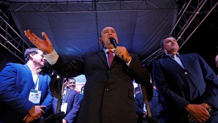 Giammattei celebra su victoria. (Foto Prensa Libre: EFE)
