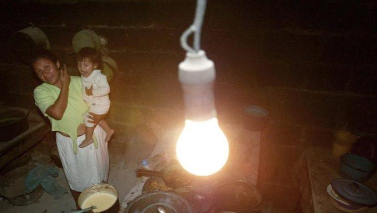 Usuarios de muchas comunidades han sido integrados al servicio de energía eléctrica paulatinamente. (Foto, Prensa Libre: Hemeroteca PL).