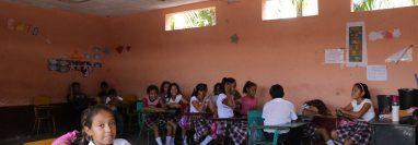 Los estudiantes son acomodados a los costados del aula para evitar peso en el centro. (Foto Prensa Libre: Carlos Paredes)