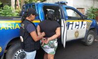 Policía traslada a Evelin Johana Valenzuela Juárez señalada de explotar sexualmente a su hija. (Foto Prensa Libre: PNC).
