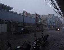 Fuerte lluvia en la zona 1 de la capital. (Foto Prensa Libre: Oscar Rivas).