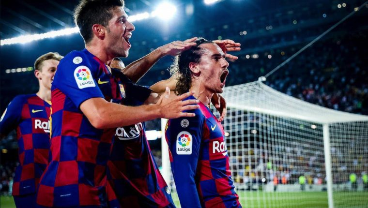 Así celebro Griezmann junto a sus compañeros, en el Camp Nou. (Foto Prensa Libre: Twitter @FCBarcelona_es)