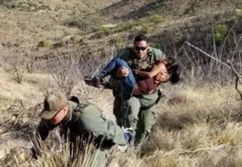 GUATEMALTECA MIGRANTE RESCATADA EN EL DESIERTO