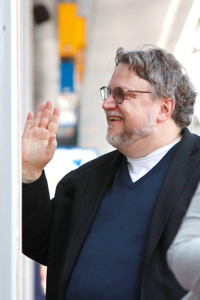 El cineasta mexicano Guillermo Del Toro saludó a sus admiradores mientras fue honrado en el Paseo de la Fama de Hollywood en Los Ángeles, California. (Foto Prensa Libre: EFE)