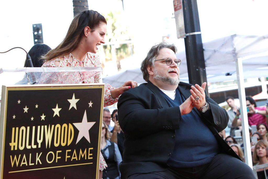 La cantante estadounidense Lana Del Rey y el cineasta mexicano Guillermo Del Toro en una ceremonia donde Del Toro es honrado con la estrella 2669 en el Paseo de la Fama de Hollywood en Los Ángeles, California, EE. UU.  (Foto Prensa Libre: EFE)