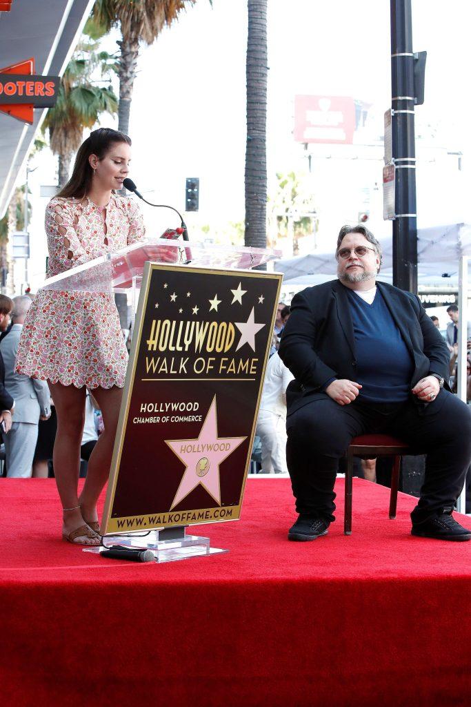 La cantante Lana Del Rey participó en la ceremonia en la que se develó la estrella 2669, que honró la trayectoria del cineasta mexicano Guillermo Del Toro. (Foto Prensa Libre: EFE)