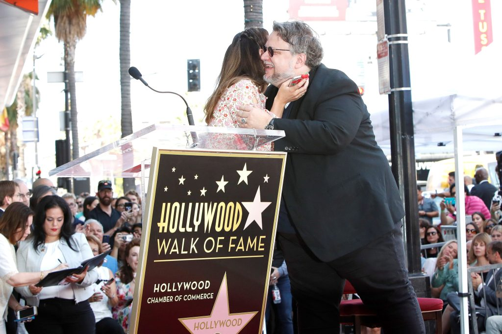 El cineasta Guillermo del Toro estuvo acompañado de la cantante y compositora Lana Del Rey, como oradora invitada. (Foto Prensa Libre: EFE)
