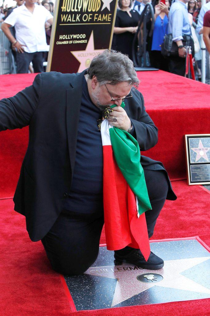 Guillermo del Toro develó su estrella y portó la bandera de México. (Foto Prensa Libre: EFE)