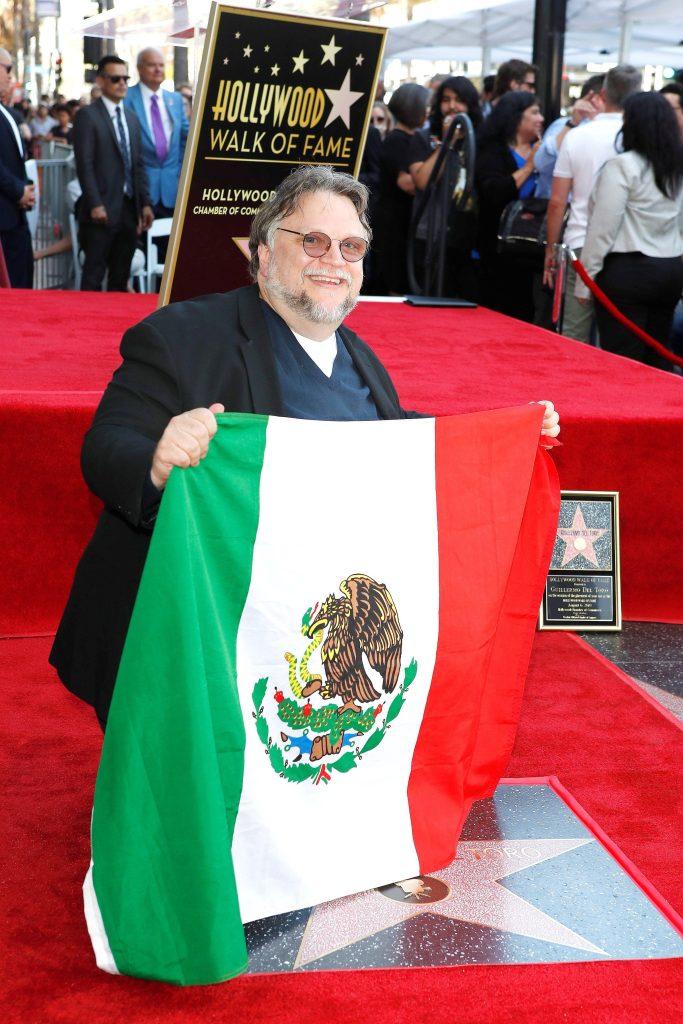 Guillermo del Toro asistió con la bandera de México y develó su estrella en el Paseo de la Fama de Hollywood. (Foto Prensa Libre: EFE)