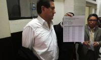 Alejos mostró la hoja del control biométrico del MP. (Foto Prensa Libre: Kenneth Monzón)