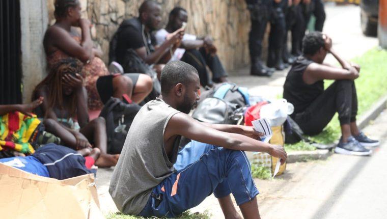 Inmigrantes descansan en la vía pública frente al albergue de Migración, en zona 5 de la ciudad de Guatemala, custodiados de policías. (Foto Prensa Libre: Hemeroteca PL)
