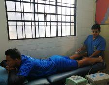 Giovanni Yac, de 23 años, realiza sus prácticas de la carrera de Fisioterapia en el Club Xelajú MC.  (Foto Prensa Libre: María Longo)