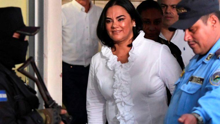 Exprimera dama hondureña Rosa Elena Bonilla, a su llegada a los tribunales en Tegucigalpa. (Foto Prensa Libre: AFP)