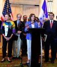 Acompañada por congresistas estadounidenses, la presidenta de la Cámara de Representantes de Estados Unidos, Nancy Pelosi -al frente- brinda conferencia de prensa en Honduras. (Foto Prensa Libre: AFP)