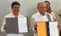 AME1461. MINATITLÁN (MÉXICO), 27/07/2019.- El presidente de Honduras, Juan Orlando Hernández (i), posa tras la firma de un acuerdo con el presidente de México, Andrés Manuel López Obrador (d), este sábado en la ciudad de Minatitlán, en el estado de Veracruz (México). EFE/Ángel Hernández