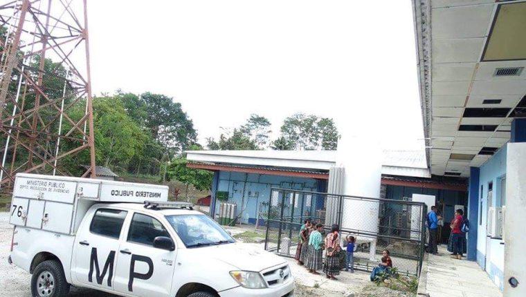 El MP permanece en el Hospital de Sayaxché para investigar la muerte de niño que habría sido agredido por sus compañeros. (Foto Prensa Libre: Dony Stewart).