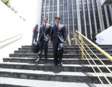 El diputado Haroldo Quej sale de la Torre de Tribunales, luego de haber expuesto sus pruebas de descargo por antejuicio en su contra. (Foto Prensa Libre: Esbin García)
