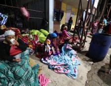 Familiares de pacientes esperan en las afueras del HRO, donde la temperatura desciende por las noches y madrugas. (Foto Prensa Libre: Mynor Toc)