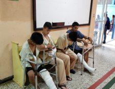 Pacientes esperan hablar con el director del Hospital Regional de Quiché para exigir que se programen sus operaciones. (Foto Prensa Libre: Héctor Cordero)