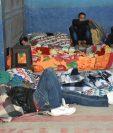 Familiares de pacientes duermen en las afueras de la emergencia de Hospital Regional del Quiché. (Foto Prensa Libre: Héctor Cordero)