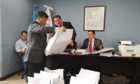 La Junta Licitadora del Inde recibe las ofertas para el proyecto de compra de energía solar. (Foto, Prensa Libre: Rosa María Bolaños).