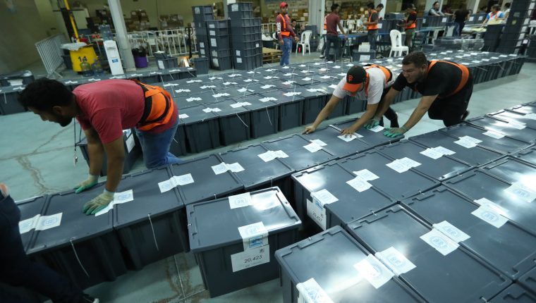 Los colaboradores del TSE embalan el material electoral que fue enviado en la primera vuelta de elecciones a los centro de votación. (Foto Prensa Libre: Hemeroteca PL)