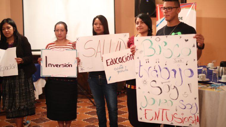 Jóvenes expusieron las necesidades y  promesas que hicieron los candidatos y que ahora deben cumplir. (Foto Prensa Libre: María Longo)