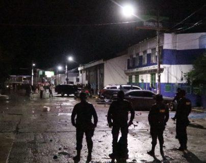 Agentes de la PNC rodean la Comisaría 22, en la cabecera de Jalapa, donde funciona el Centro Preventivo para Hombres, cuyos internos se amotinaron recientemente. (Foto Prensa Libre: Hugo Oliva)