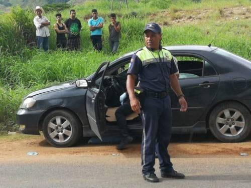 El vehículo en el que se conducían el niño y su mamá quedó estacionado a un lado de la carretera. (Foto Prensa Libre: NotiSur)