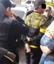 Agentes de la Policía Nacional Civil trasladan a uno de los detenidos a los juzgados. (Foto Prensa Libre: Cortesía)