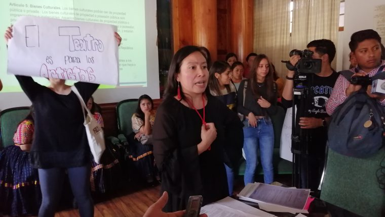 Vanesa Rivera, administradora del teatro, señaló que los concursos de belleza realizados en el Teatro Municipal de Quetzaltenango han provocado daños al edificio. (Foto Prensa Libre: María Longo)