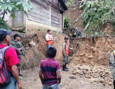 Pobladores de Tamahú, persona de Conred  y soldados del Ejército Nacional verifican daños por derrumbe. (Foto Prensa Libre: Cortesía)