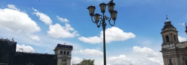 Según la dirección del Centro Histórico, se colocarán más luminarias en la Plaza de la Constitución. (Foto Prensa Libre: José Patzán)