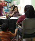 Una madre guatemalteca acude a la parroquia Santa  Ana en Carthage para pedir ayuda legal. Esa parroquia recibe a diario a decenas de guatemaltecos afectados tras las redadas del 7 de agosto. (Foto Prensa Libre: Sergio Morales)