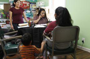 """""""Lo que ocurrió aquí fue un desastre, una tragedia"""": guatemaltecos en Misisipi están sin empleo con sus seres queridos en prisión y muchas cuentas que pagar"""
