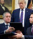 Donald Trump observa el acuerdo firmado entre Enrique Degenhart y Kevin McAleenan. (Foto Prensa Libre: AFP)