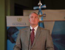 El ministro de Gobernación, Enrique Degenhart, da declaraciones luego de un gabinete de gobierno. (Foto Prensa Libre: Dadiana Cabrera).