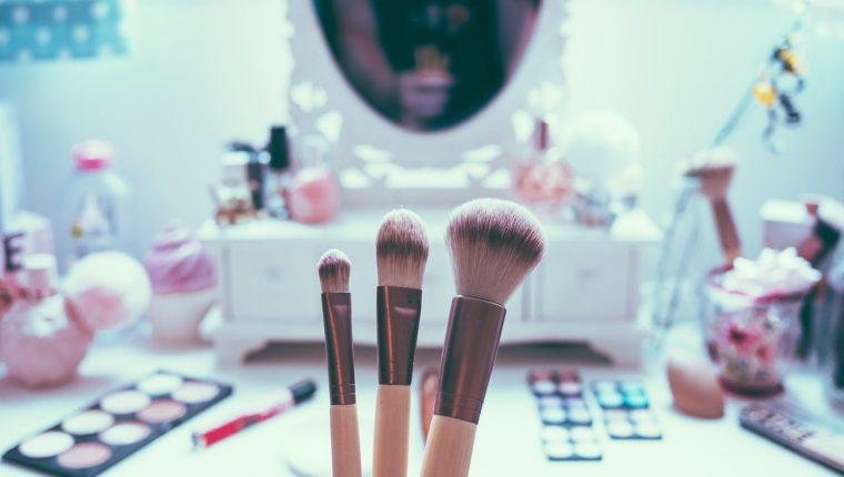Cuidar los pinceles y brochas de maquillaje no solo asegura conservarlos mejor, también está invirtiendo en la belleza y salud de su piel. (Foto Prensa Libre: Servicios)