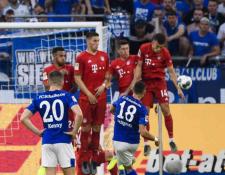 Un aficionado del Schalke acusa al árbitro Marco Fritz de no haber marcado dos penaltis en el partido contra el Bayern Múnich. (Foto Prensa Libre: Redes)