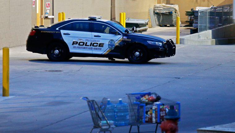Agentes de la Policía de El Paso, Texas, resguardan los alrededores de un centro comercial donde ocurrió una balacera que dejó al menos 20 muertos, el sábado 3 de agosto. (Foto Prensa Libre: EFE)